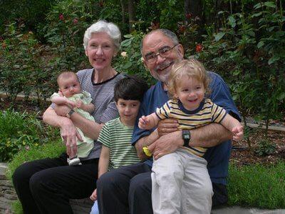 Abuelos cuidan nietos en un parque