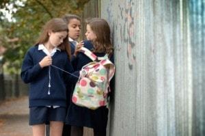 Acoso escolar, Niña acosando a otra en el patio