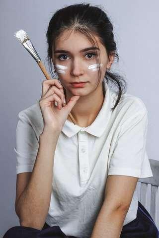 Chica que se ha pintado la cara, en representación de los adolescentes
