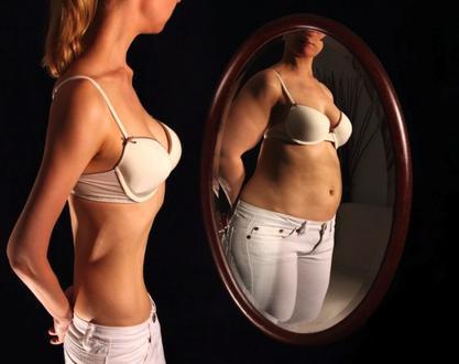 Cgica exremadamente delgada que se ve obesa en el espejo, representando la anorexia y bulimia