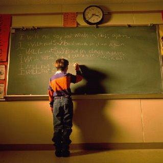 Niño escribiendo en la pizarra, representando Autoritarismo y educación