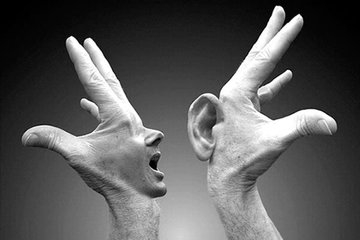 Montaje de Mano con boca hablando a mano con oreja. La comunicación