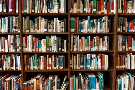 Biblioteca con muchos libros de autoayuda