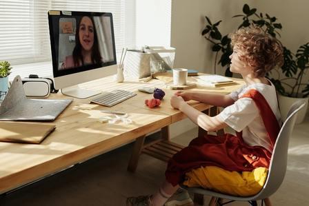 Niño en clase online representando el fracaso escolar actual