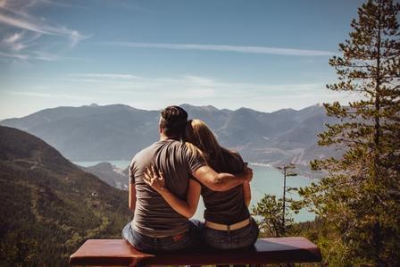 Pareja sana abrazados. Salud de la pareja