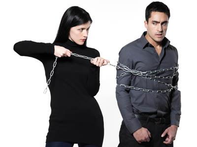 mujer encadenando a hombre por los celos