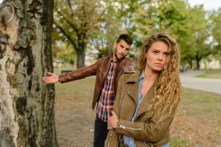 pareja discutiendo por problemas de pareja
