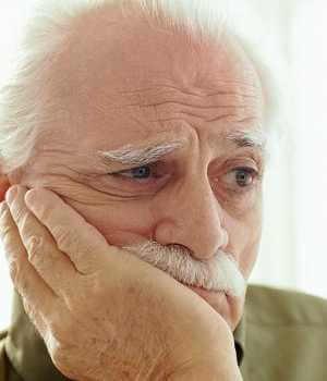 Hombre viejo pensativo, representando el envejecimiento