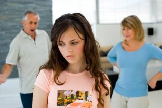 Padres discutiendo delante hija. Separación padres