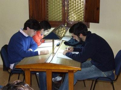 Muchachos estudiando en la biblioteca