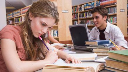 Chica estudiando en biblioteca. Técnicas de estudio