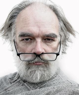 Hombre de la tercera edad con las gafas caídas