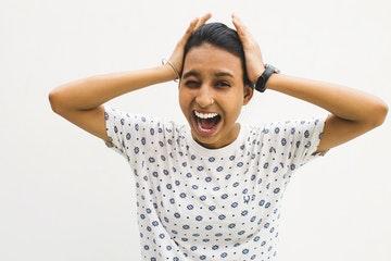 Persona gritando con las manos en la cabeza. Cómo controlar la ansiedad.