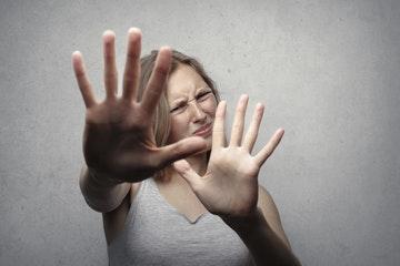 Mujer dominada por el miedo